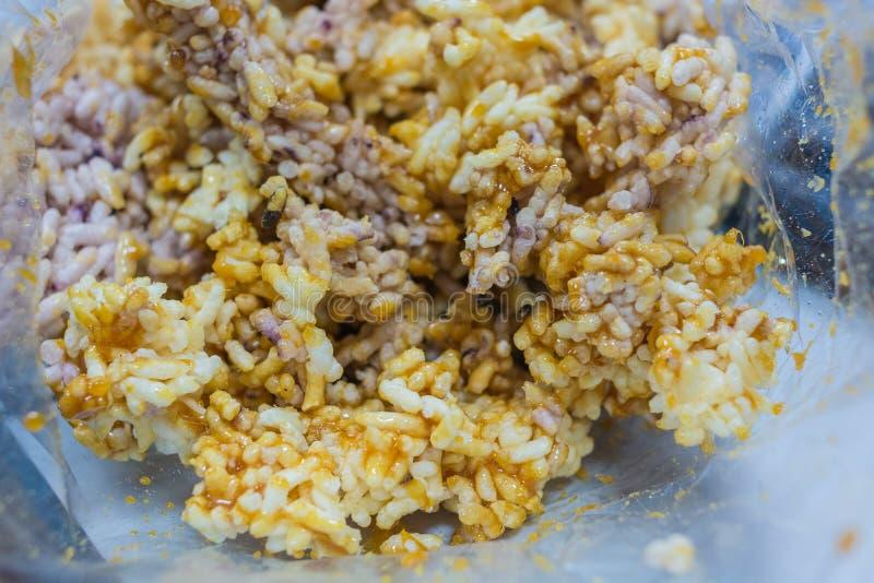 Galleta curruscante dulce tailandesa del arroz del primer con Cane Sugar Drizzle en la bolsa de plástico fotografía de archivo libre de regalías