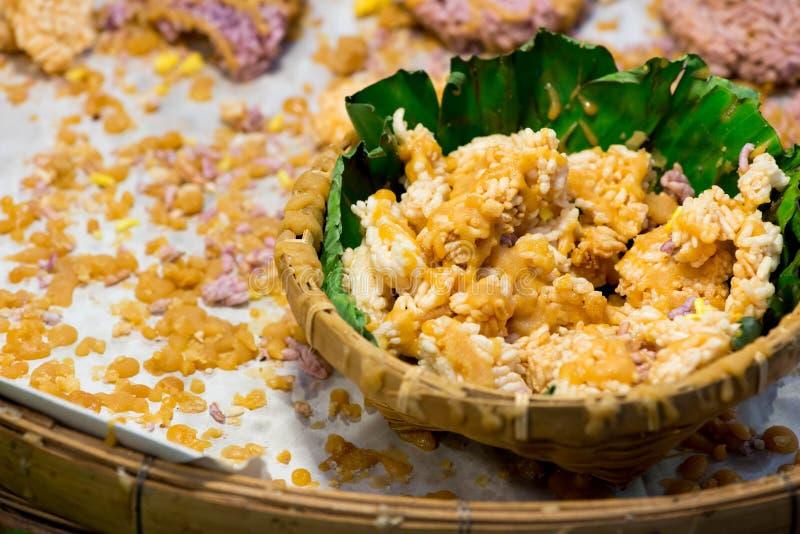 Galleta curruscante tailandesa del arroz con el azúcar de caña imagenes de archivo