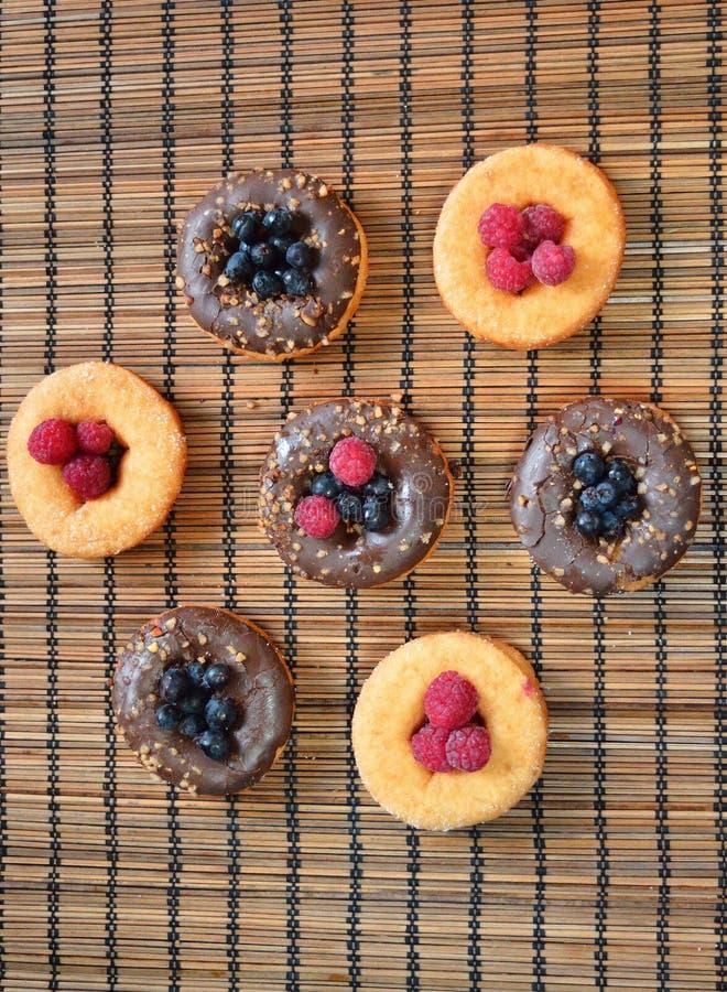 Galleta de la comida de las bayas de la fruta de los productos de la panadería de las frambuesas de los anillos de espuma fotografía de archivo