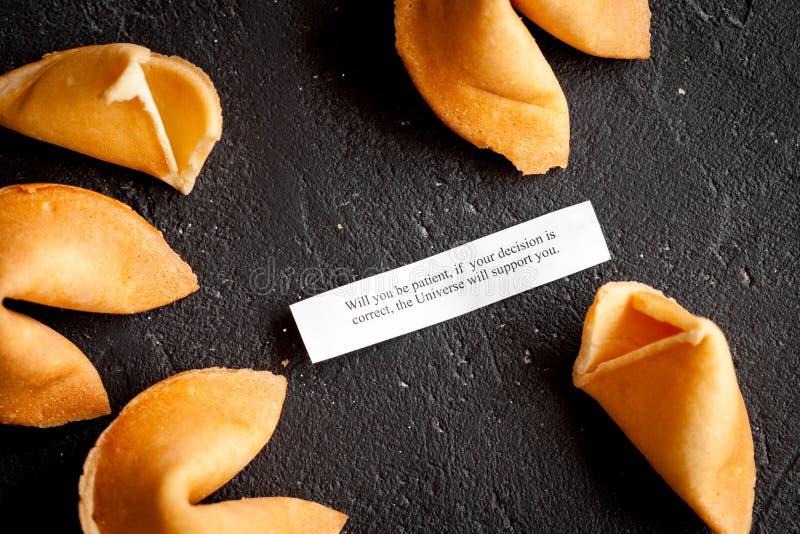 Galleta de la suerte china con la predicción en la opinión superior del fondo oscuro imagenes de archivo