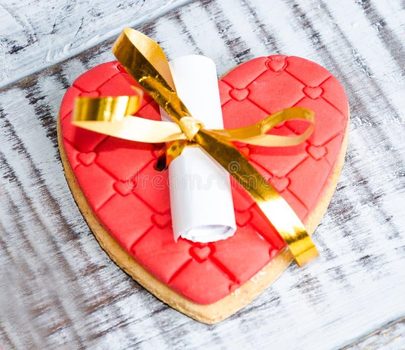 Galleta de la suerte romántica apacible de la tarjeta del día de San Valentín imagen de archivo