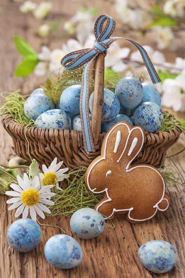 Galleta de Pascua y huevos azules imagenes de archivo