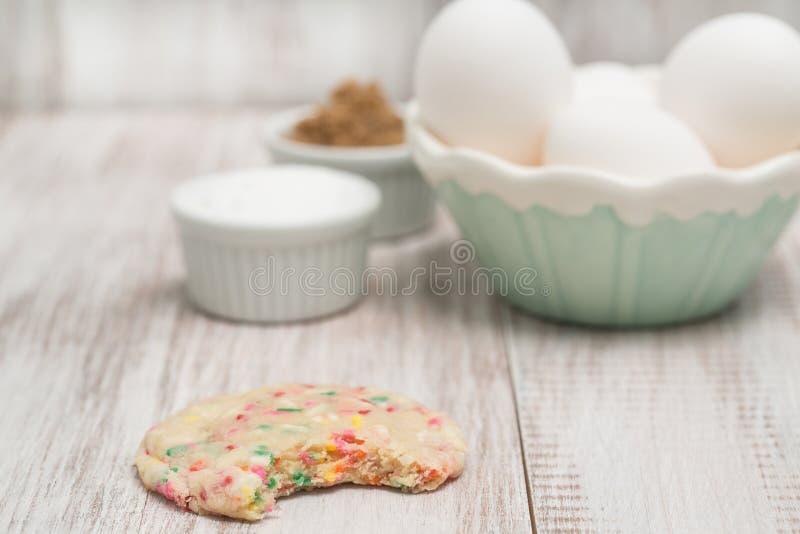 Download Galleta Del Confeti Mordida Y Huevos Y Azúcares Foto de archivo - Imagen de niños, huevos: 42444974