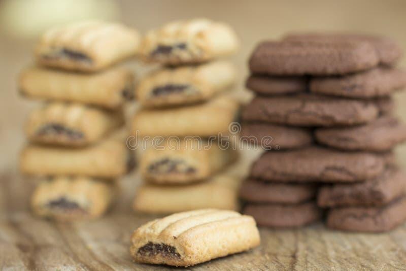 Galleta del desayuno rellena con el chocolate derretido fotografía de archivo