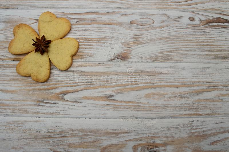 Galleta en día de fiesta de madera del St Patrick St Valentine de los corazones del trébol de la hoja del fondo fotografía de archivo libre de regalías
