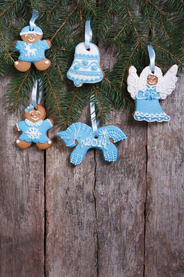Galleta festiva del pan de jengibre en un árbol de navidad. imagenes de archivo
