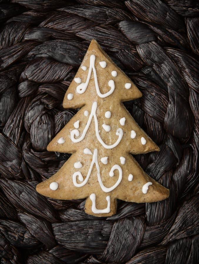 Galleta formada árbol de navidad del pan de jengibre imagen de archivo