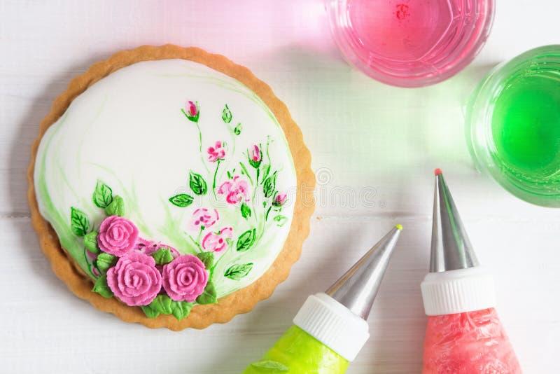 Galleta pintada del pan de jengibre con las rosas Visión superior imagen de archivo libre de regalías