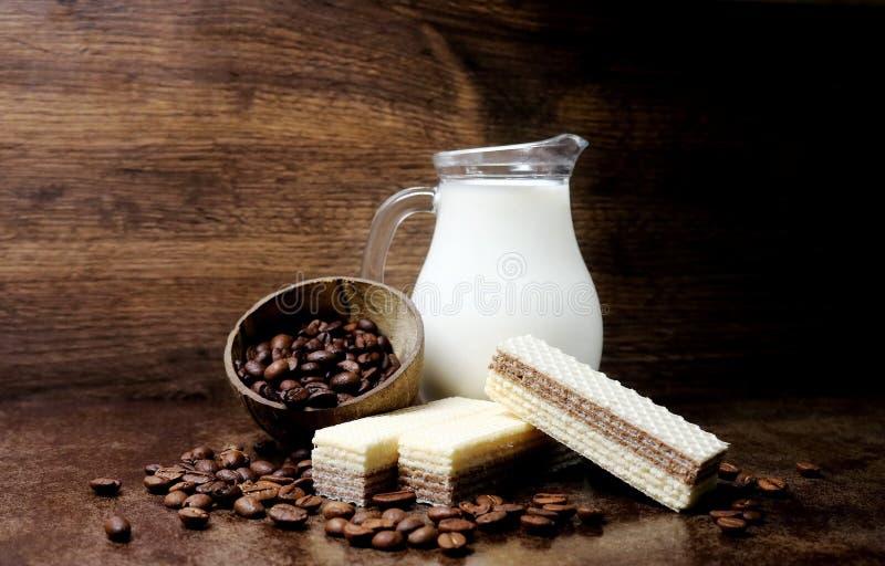 Galleta Productos de la panadería confitería galletas Granos de café Leche Obleas curruscantes con el relleno del café y de la le foto de archivo libre de regalías