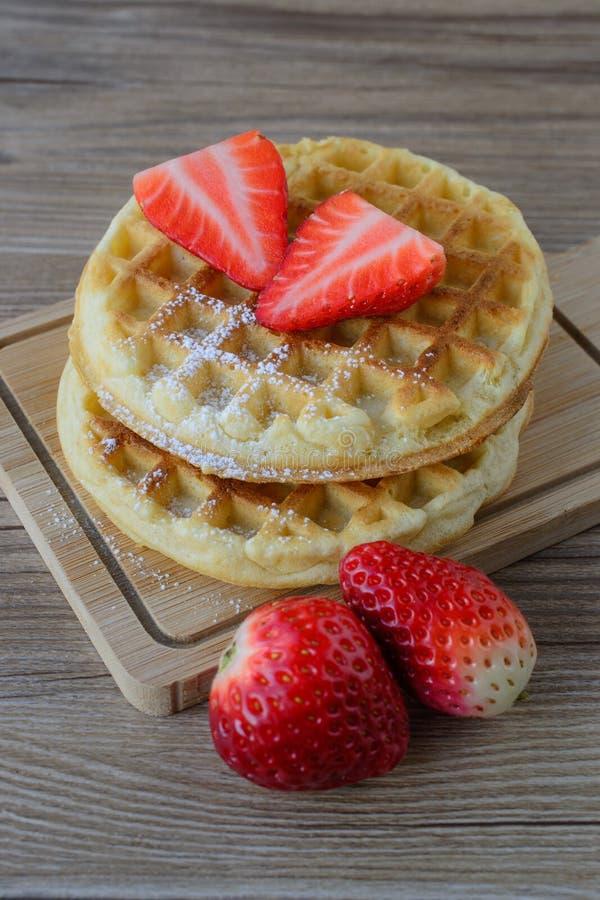 Galleta sana del desayuno con el jarabe de la fresa y de arce en el top fotos de archivo