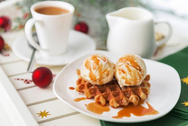 Galleta y café vieneses de la oblea del desayuno de la Navidad con leche imágenes de archivo libres de regalías