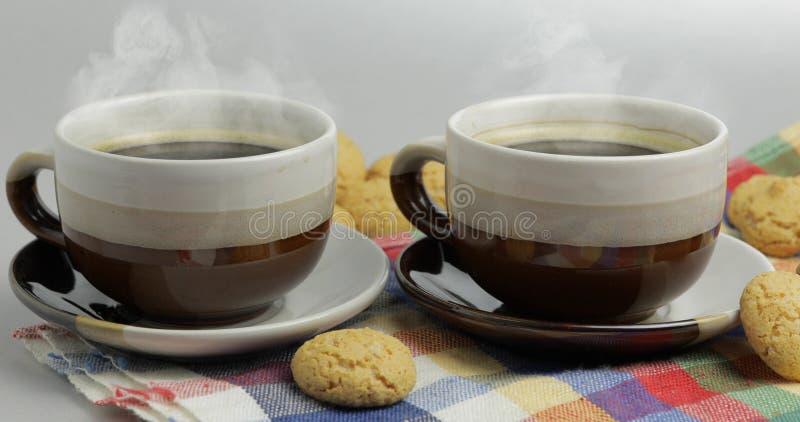 Galleta y dos tazas de caf? Kruidnoten, pepernoten, strooigoed fotografía de archivo