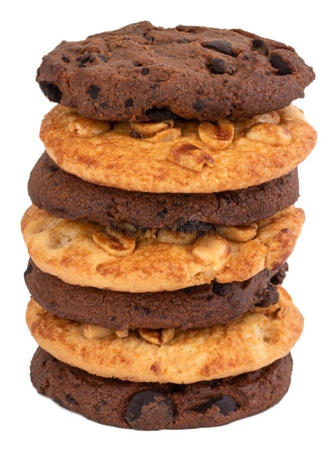 Galleta y galletas hechas en casa del microprocesador de chocolate con el cacahuete en el fondo blanco foto de archivo