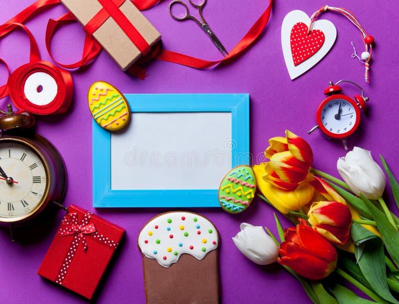 Galleta y regalos de Pascua imagen de archivo