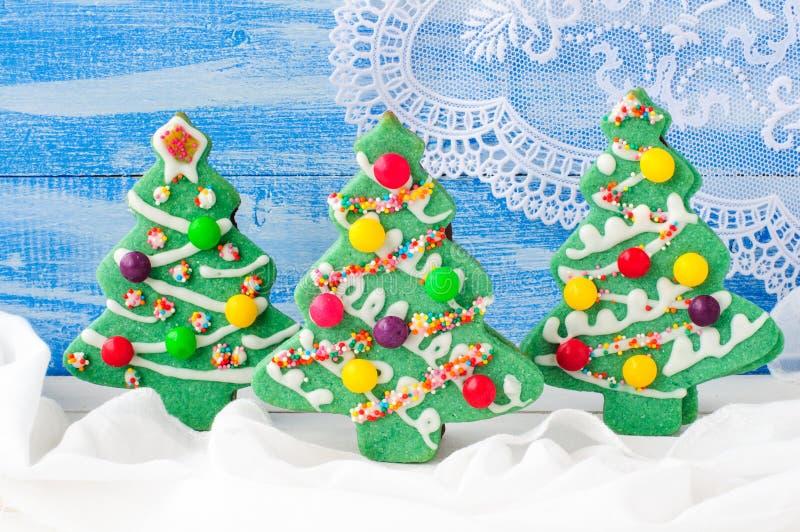 Galletas adornadas del árbol de navidad foto de archivo libre de regalías