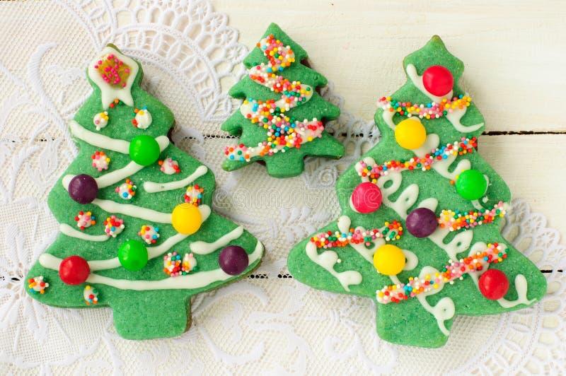 Galletas adornadas del árbol de navidad fotografía de archivo