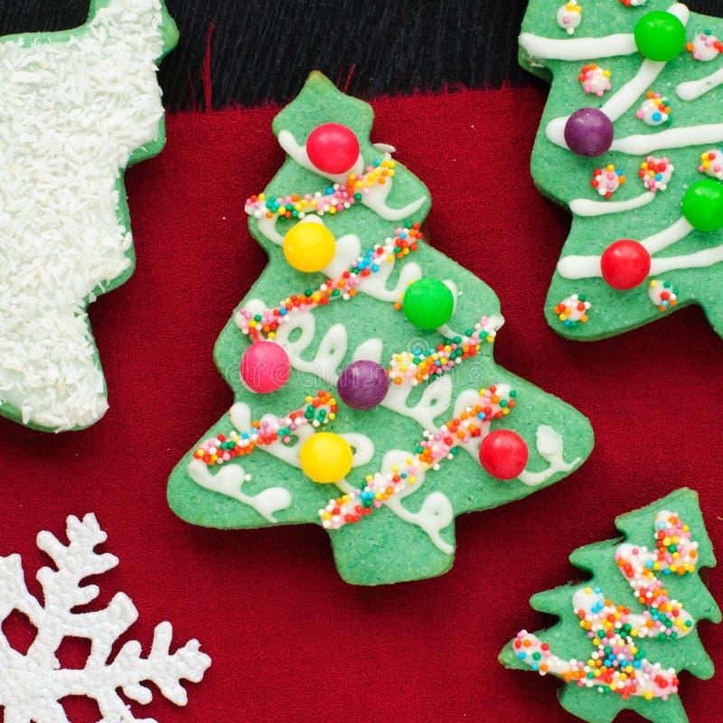 Galletas adornadas del árbol de navidad imagen de archivo libre de regalías
