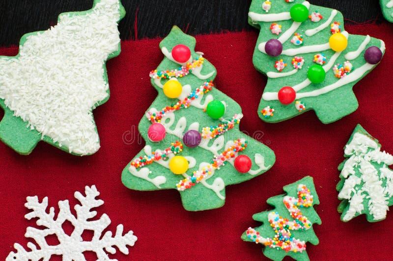 Galletas adornadas del árbol de navidad foto de archivo