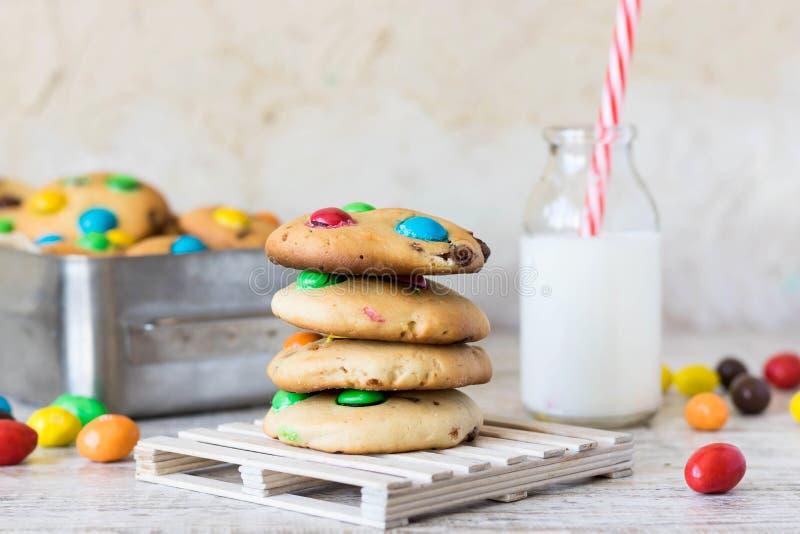Galletas americanas con los dulces coloridos del chocolate imagenes de archivo