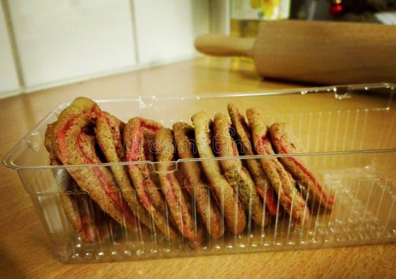 Galletas apiladas del pan de jengibre en una bandeja plástica de la galleta foto de archivo libre de regalías