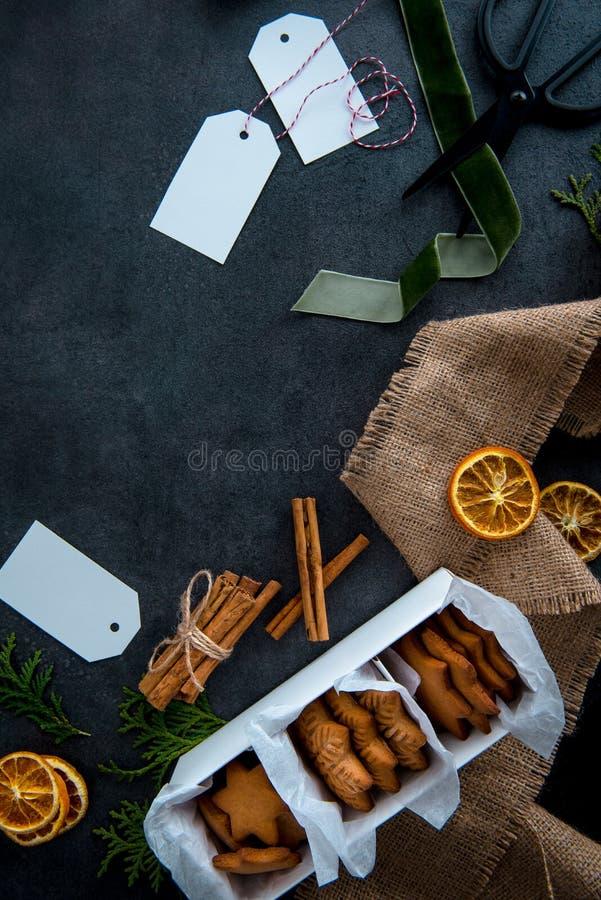 Galletas asteroides del pan de jengibre de la Navidad en la caja de papel lista a foto de archivo libre de regalías