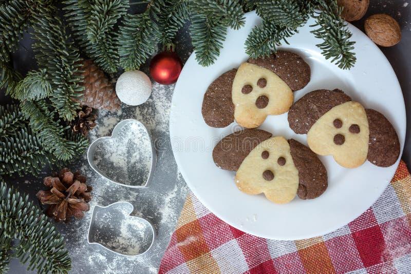 Galletas bajo la forma de perro en la tabla de la Navidad Símbolo del Año Nuevo 2018 fotos de archivo