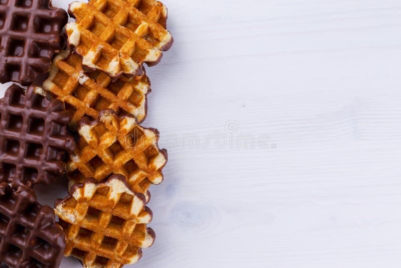 Galletas belgas con la formación de hielo del chocolate fotografía de archivo libre de regalías