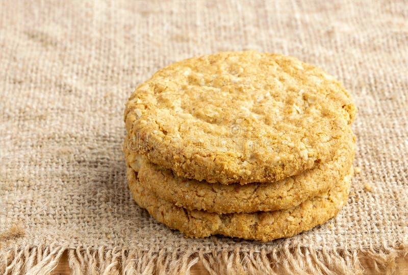 Galletas caseras y galletas al por mayor aisladas sobre un fondo de chapa marrón. Es un alimento rico en nutrientes asociado con  fotos de archivo