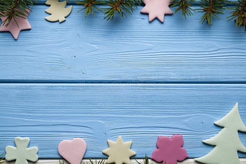 Galletas coloridas de la Navidad de diversas formas y del árbol de la picea imagenes de archivo