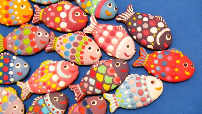 Galletas coloridas hechas en casa únicas colección, pan de jengibre de la Navidad en la forma de pescados imagen de archivo