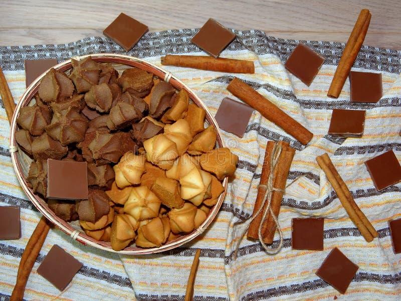 Galletas con el chocolate y el canela imagenes de archivo