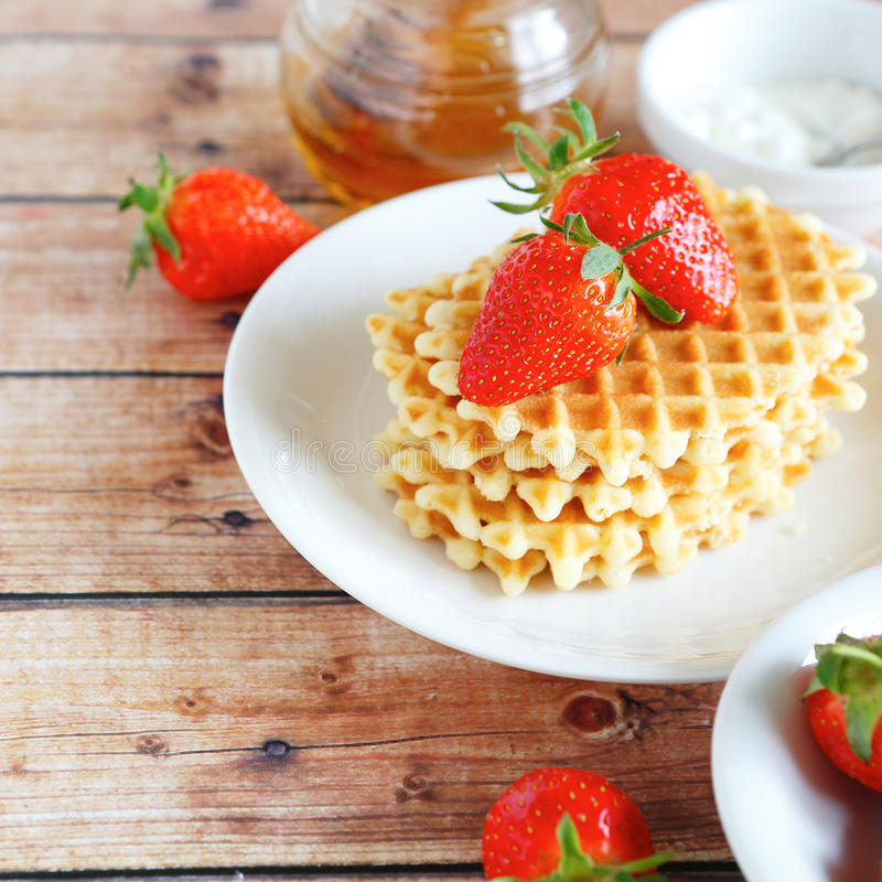 Download Galletas Con Las Fresas Y La Crema En Una Placa Foto de archivo - Imagen de galletas, desayuno: 42445828