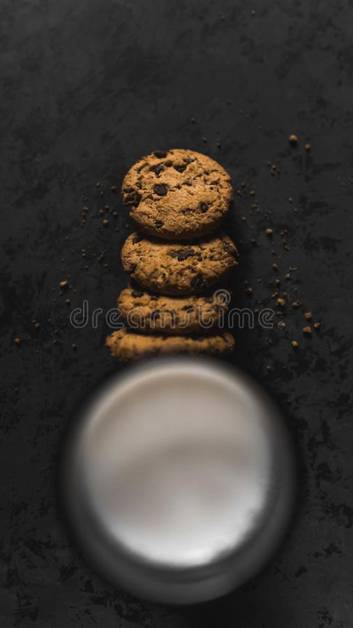 Galletas con las naves y la leche del chocolate con un fondo oscuro foto de archivo libre de regalías