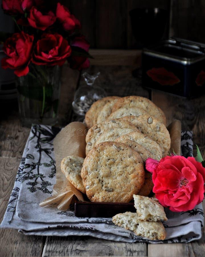 Galletas con las semillas, adornadas con las rosas foto de archivo libre de regalías