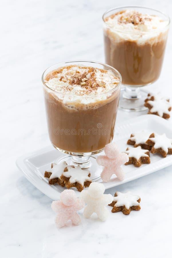 Galletas condimentadas festivas del latte y de almendra de la calabaza, verticales imagen de archivo libre de regalías