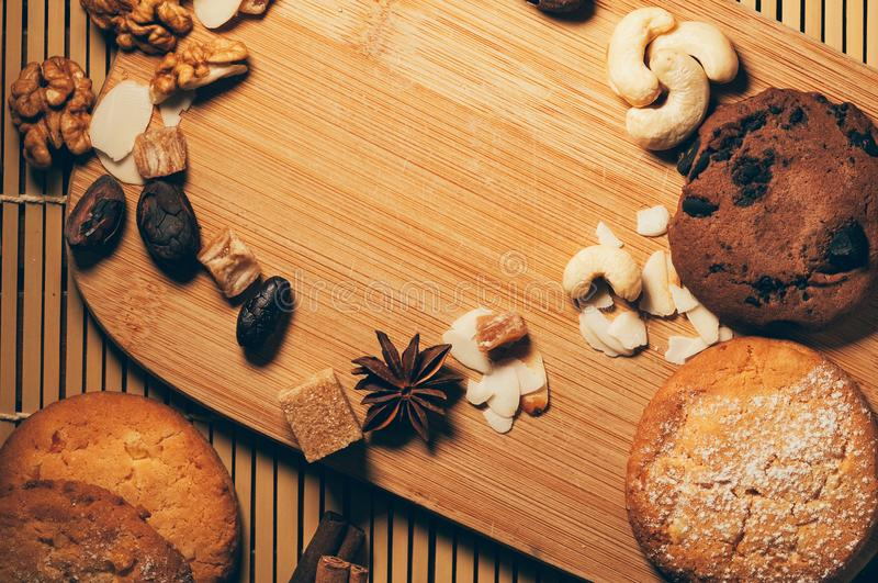 Galletas crujientes del chocolate con las nueces, los microprocesadores del cacao y las especias en c fotos de archivo libres de regalías