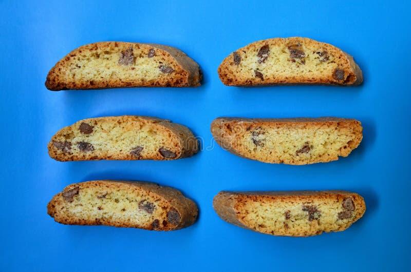 Galletas de almendra italianas tradicionales del cantuccini en un fondo azul Biscotti hecho en casa delicioso del cantucci fotos de archivo