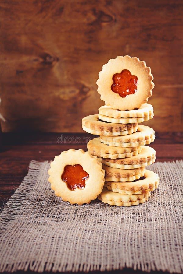 Galletas de azúcar de la mantequilla formadas como las flores imagen de archivo libre de regalías