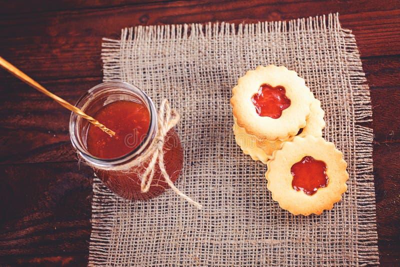 Galletas de azúcar de la mantequilla formadas como las flores foto de archivo libre de regalías