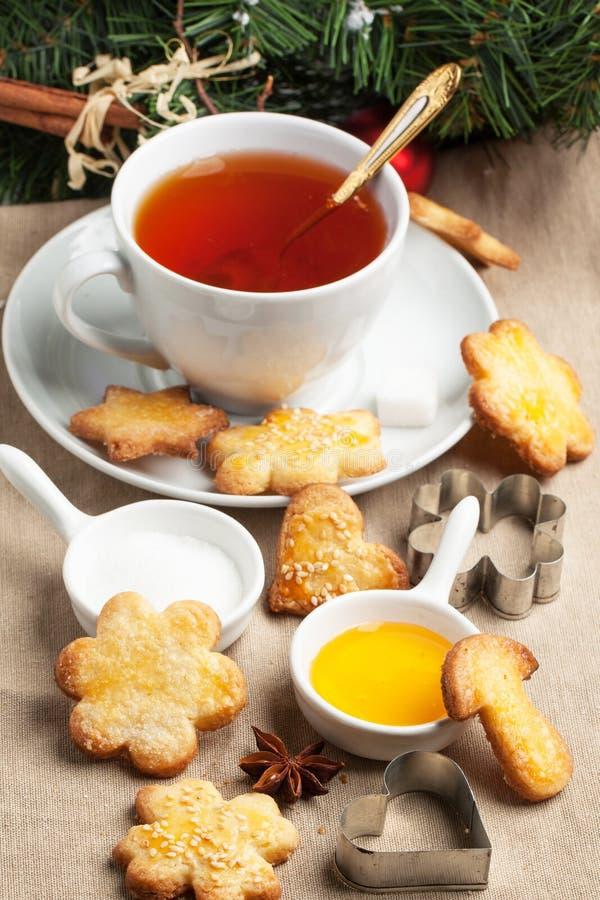 Galletas de azúcar de la Navidad con té negro imágenes de archivo libres de regalías