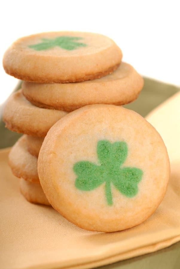 Galletas de azúcar del día del St. Patrick recientemente cocido al horno fotos de archivo