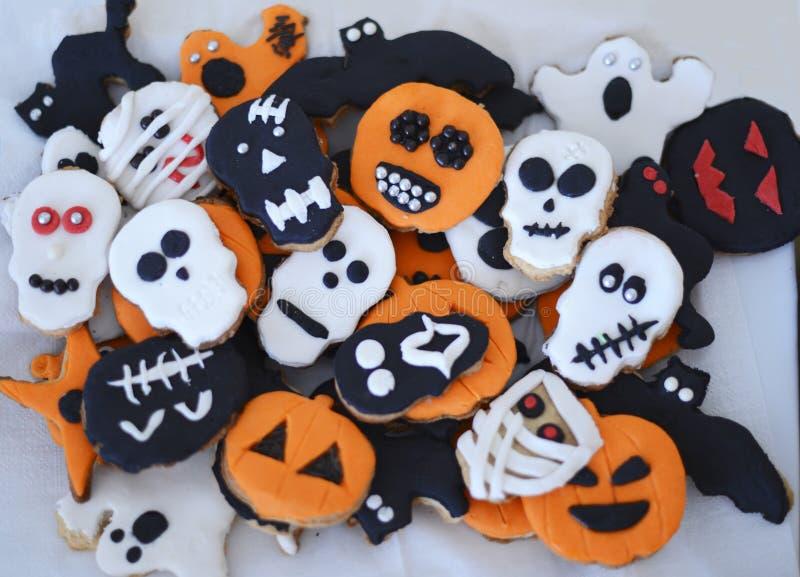 Galletas de Halloween Hecho en casa con la pasta de azúcar fotos de archivo