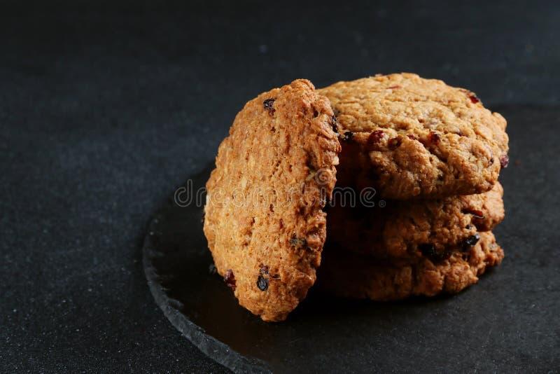 Galletas de harina de avena en fondo oscuro galletas de la pila imagen de archivo