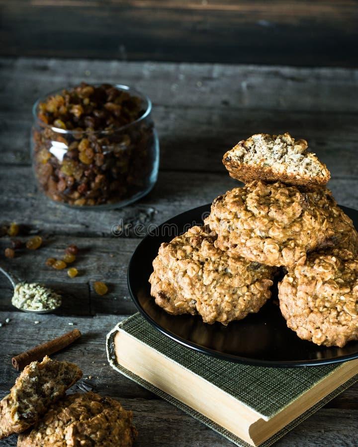 Galletas de harina de avena hechas en casa bocado Leche y galletas todavía vida de la comida Alimento sano Concepto del desayuno  fotografía de archivo libre de regalías