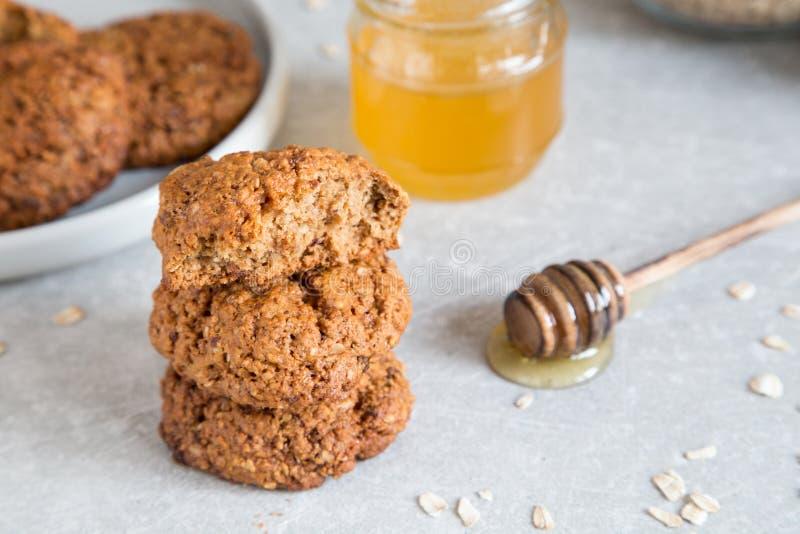 Galletas de harina de avena hechas en casa con la miel Concepto sano del bocado de la comida fotos de archivo