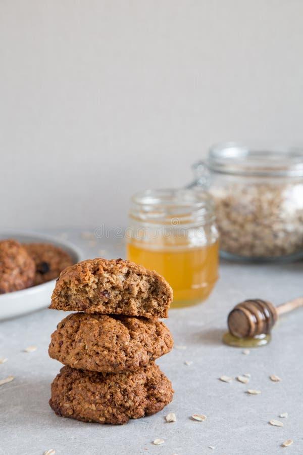 Galletas de harina de avena hechas en casa con la miel Concepto sano del bocado de la comida fotografía de archivo libre de regalías