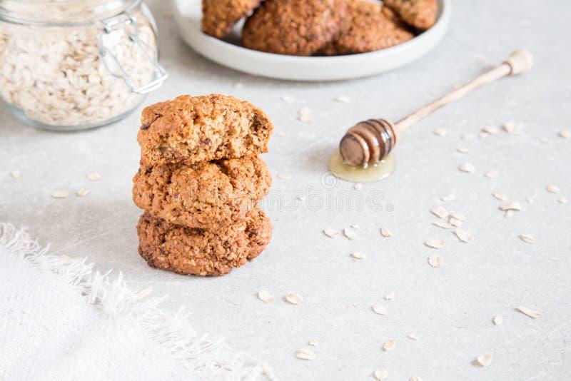 Galletas de harina de avena hechas en casa con la miel Concepto sano del bocado de la comida fotos de archivo libres de regalías