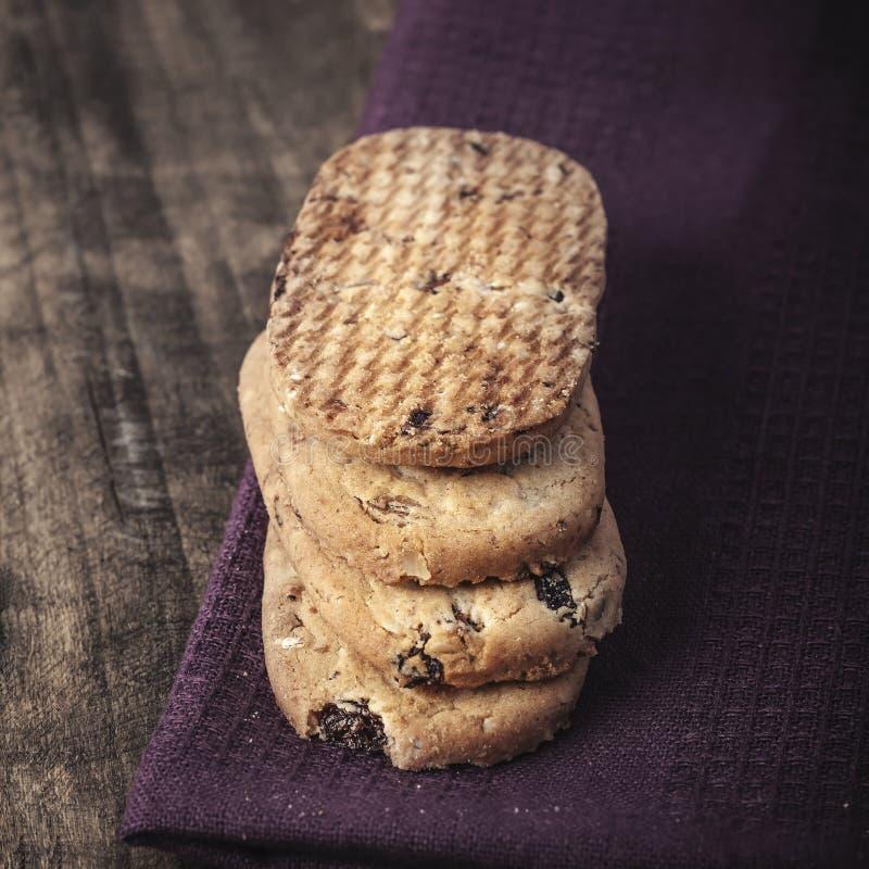 Galletas de harina de avena hechas en casa con las pasas imagen de archivo