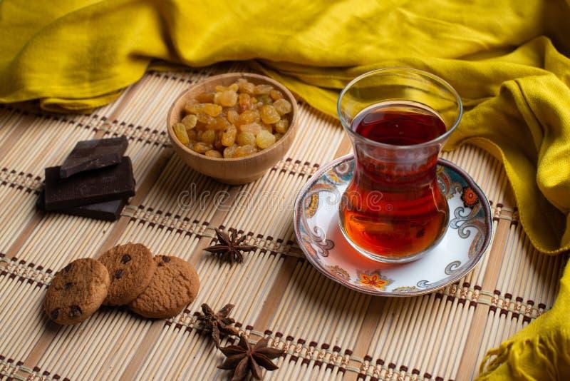 Galletas de harina de avena hechas en casa con una taza de té en viejo fondo de madera, una taza de té con la pasa, una taza de t fotografía de archivo libre de regalías