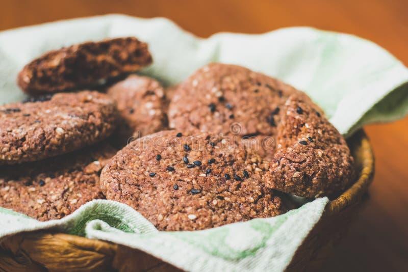 Galletas de harina de avena hechas en casa del chocolate con las semillas de sésamo blancas y negras imágenes de archivo libres de regalías